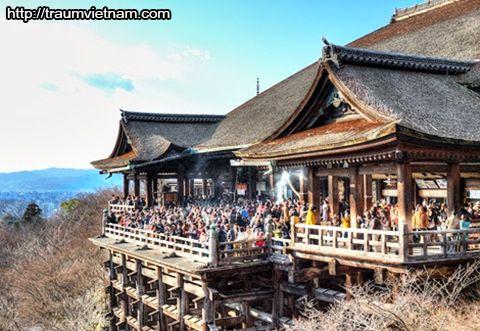 Mỗi năm người ta chỉ đi đền chùa ở hướng tốt của năm đó.