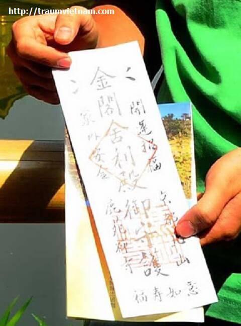 Lá bùa kiêm vé vào cửa chùa Kinkaku
